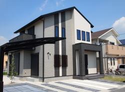 玄関に大きな吹抜けのある家