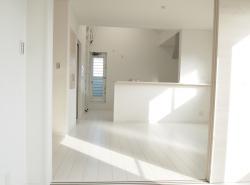 2階にLDKを配置した明るい家
